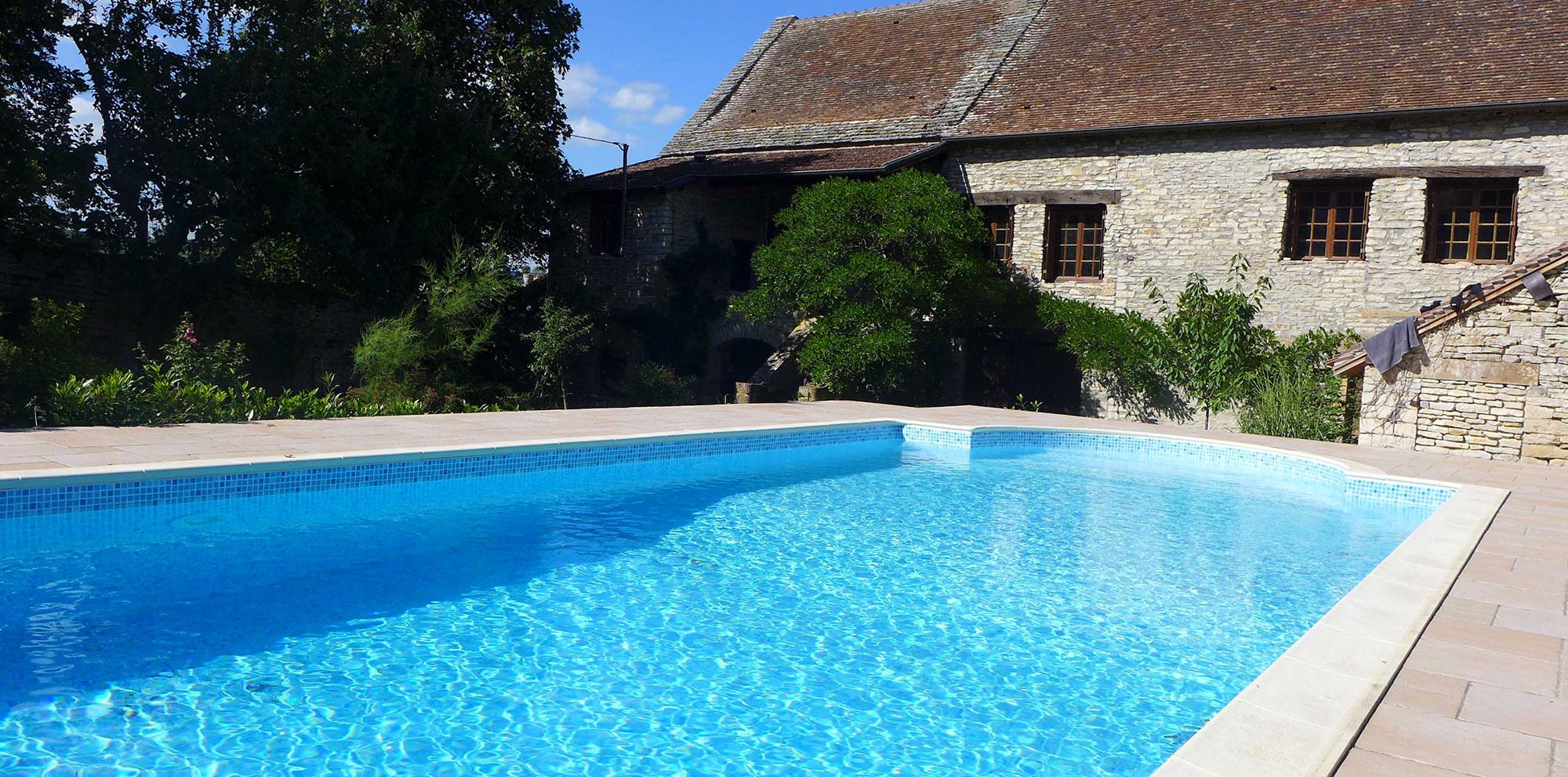 piscine maison en pierre
